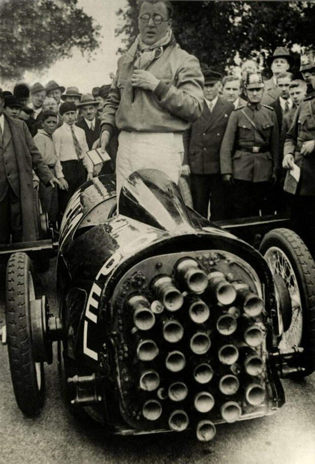 30 сентября в 1929 году немецкий автоконструктор Фриц Опель совершил полёт на планере с ракетными двигателями
