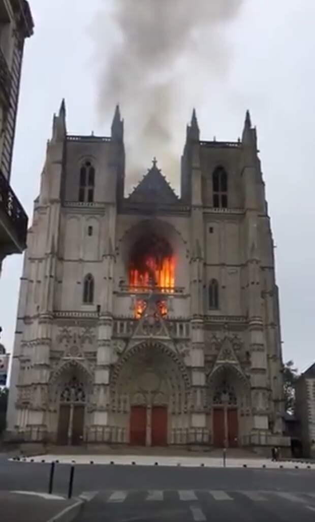 Во Франции произошел пожар в одном из крупнейших готических соборов страны