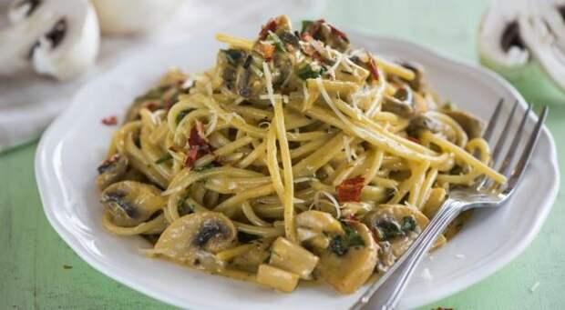 Спагетти с грибами. \ Фото: gastronom.ru.