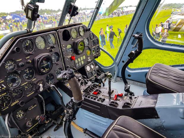 В кабине пилотов Ми-4. Фото из интернета.