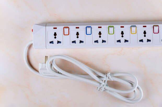 Платы расширения поставляются с 3-контактной вилкой, чтобы помочь заземлить избыточный ток (Фото : envato)