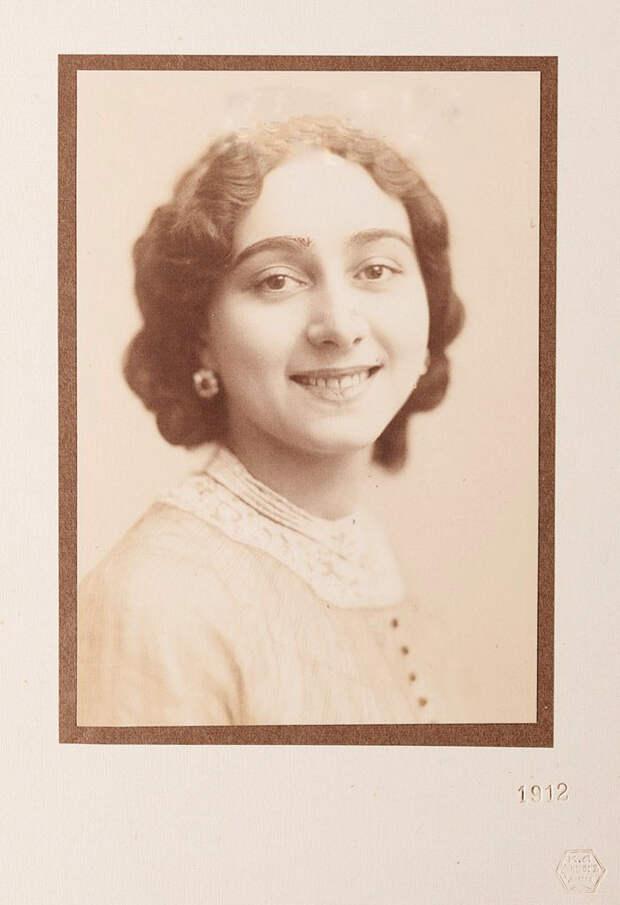 Вера Каралли родилась в Москве 27 июля 1889 года в артистической семье: отец — провинциальный антрепренёр, режиссёр ярославского театра А. М. Каралли-Торцов, мать — драматическая актриса О. Н. Каралли.