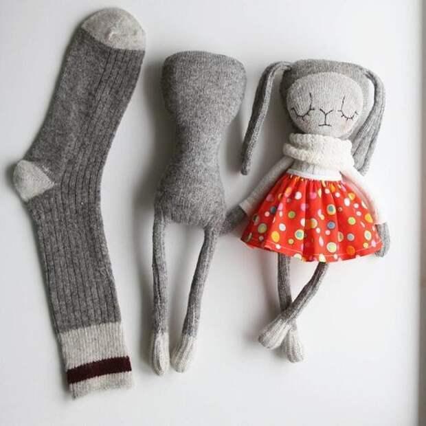 Творить можно из всего! Например из одиноких носочков можно сделать такие прикольные игрушки.