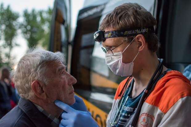 Гордость России Сергей Иевков: молодой врач собрал команду и лечит бомжей прямо на улицах