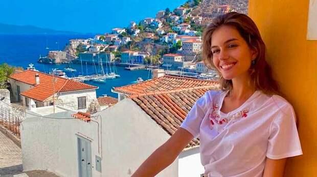 Жена Дмитрия Комарова показала, как отдохнула в Греции: длинноногая эффектная краля