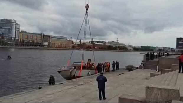Протаранивший опору Гренадерского моста в Петербурге катер подняли со дна