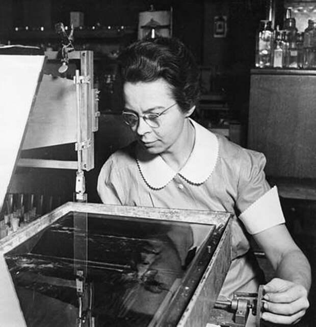 Кэтрин Блоджет (Katherine Blodgett) была первой женщиной-ученой, принятой на работу в «Дженерал Электрик» («General Electricм). В 1938 году она изобрела неотражающие стекла.