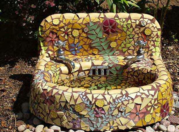 Старая раковина, декорированная мозаикой.