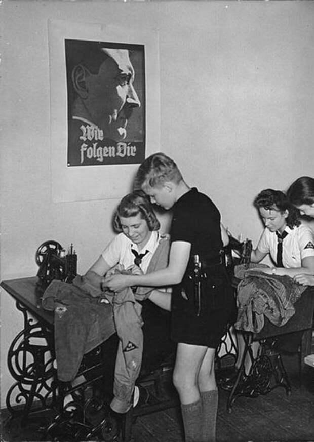 Плакат с портретом фюрера - как обязательный атрибут занятий воспитанниц
