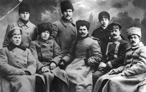 Чапаев (в центре) с группой красных командиров
