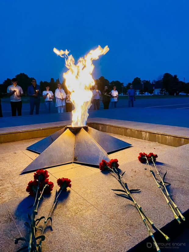 ЦУР Адыгеи провел акцию «Свеча памяти» на мемориале героев Гражданской и Великой Отечественной войн в Майкопе