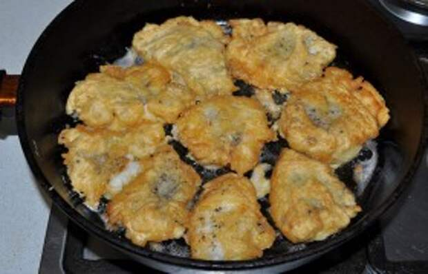 Ставим сковороду на средне-сильный огонь, заливаем слой масла не менее 5-6 мм и даем раскалиться. Куски филе, обмакнув в кляр, кладем в масло. Подрумяниваем за 2-2,5 минуты нижнюю сторону, переворачиваем, жарим вторую сторону. Подаем сразу