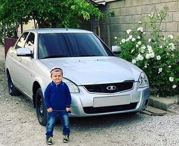 «Клубника— бомба»: почему любят иненавидят Хасбика, взрослого блогера втеле ребенка