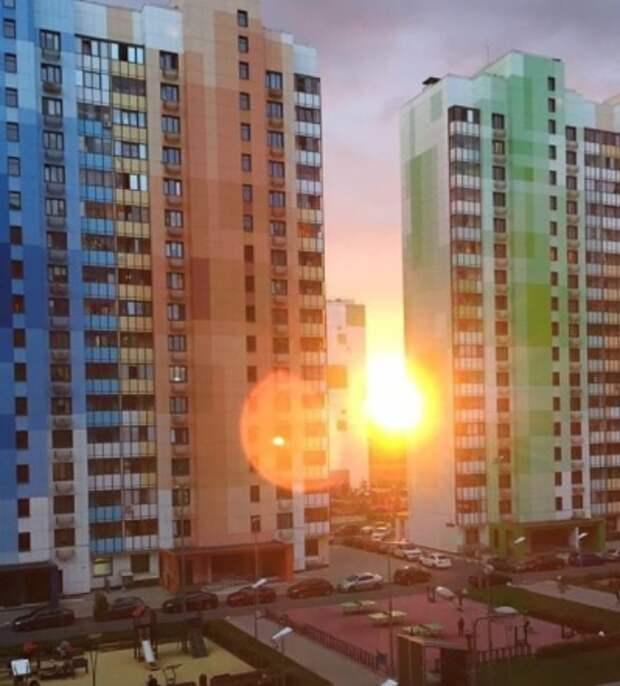 Фото дня: солнечные зайцы на домах в Северном