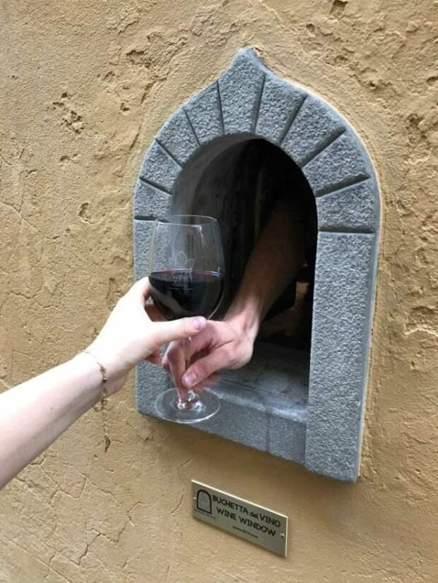 Рестораны Тосканы снова используют «винные окна», сделанные вСредневековье вовремена чумы