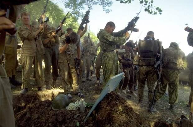 Российские разведчики отдают дань уважения погибшему товарищу. Чечня, май 1995.