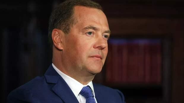 Медведев предложил ввести в России минимальный гарантированный доход