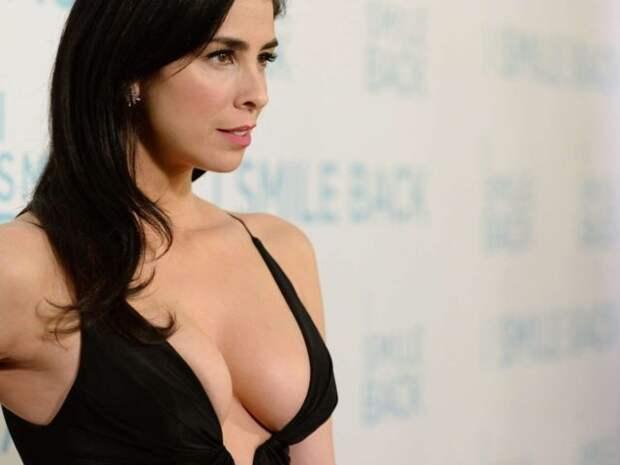 сара сильвермен в черном платье с глубоким декольте