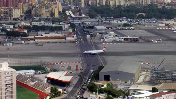 Взлетную полосу в Гибралтарском международном аэропорту пересекает автомобильное шоссе интераесное, факты, фото