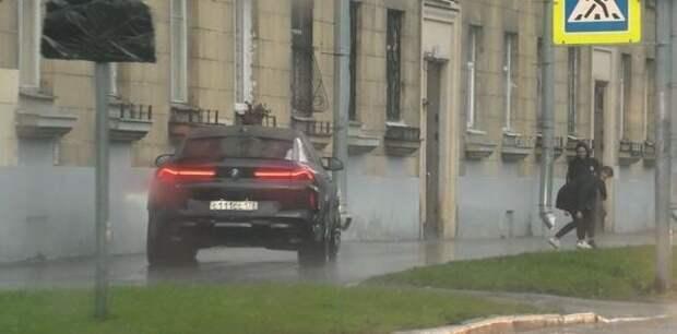 Глава Фрунзенского района Серов чуть не сбил пешеходов, катаясь по тротуару
