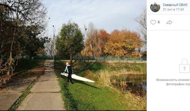 На прудах в Северном тренируется спортсмен на необычной лодке