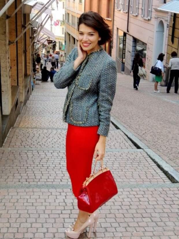 красная юбка миди и жакет в стиле Шанель