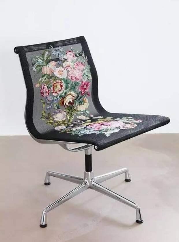Вышитые крестиком кресла