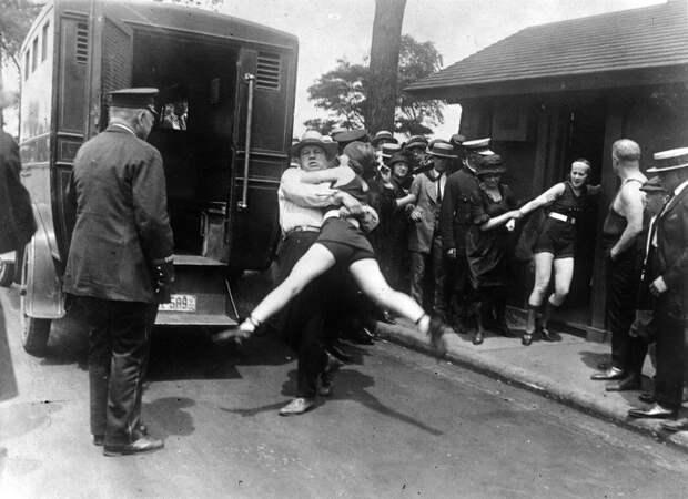 О, нравы: как 100 лет назад девушек арестовывали за ношение коротких купальников