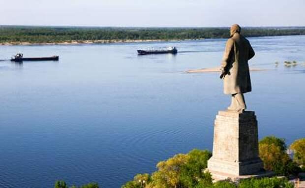 На фото: памятник Владимиру Ильичу Ленину у входа в Волго-Донской судоходный канал имени В. И. Ленина со стороны Волги.