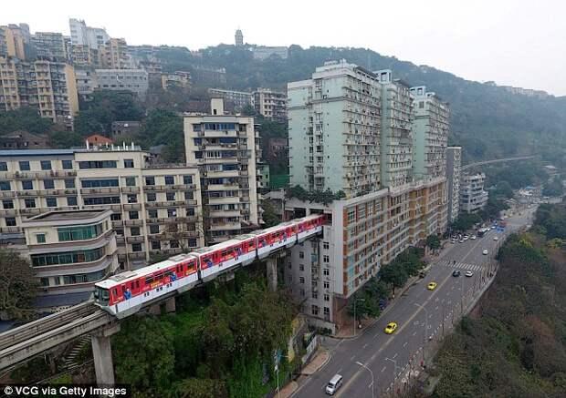 ВКитае поезд проезжает прямо через жилой дом