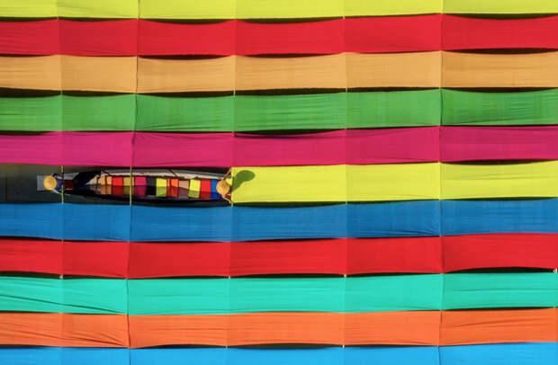 Ткань из стеблей лотоса, которую изготавливают в Мьянме, относится к числу самых дорогих. Оно и понятно: для изготовления шейного платка требуется около 4000 стеблей лотоса, комплекта монашеской одежды — до 220 000