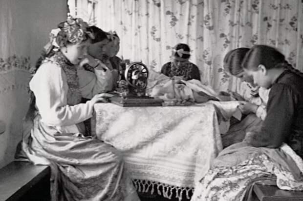 Юные девушки часто коротали вечера за шитьем собственного приданого.