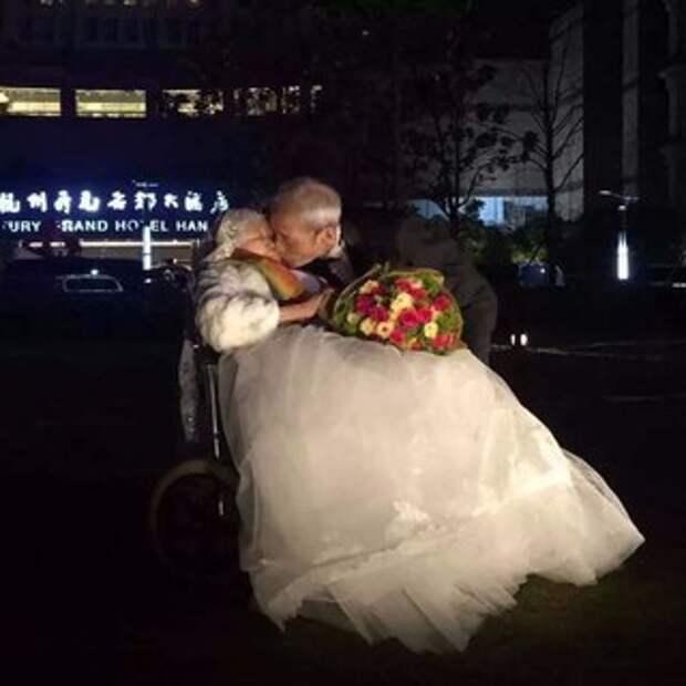 В Китае пенсионер написал на небоскребе признание в любви жене