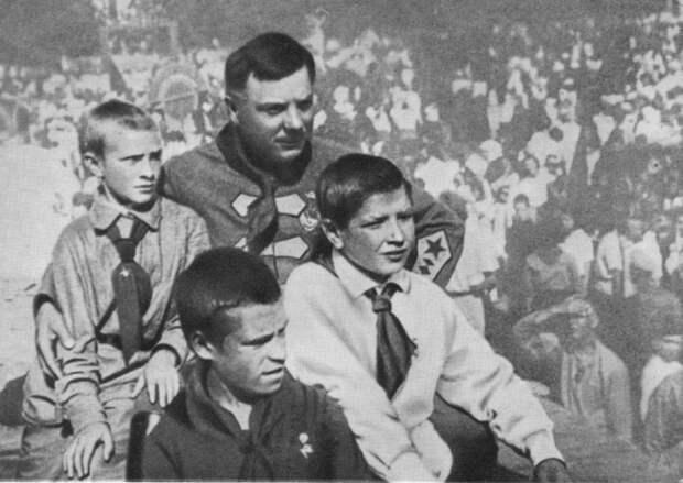 С пионерами города Луганска. СССР, 1927 год.