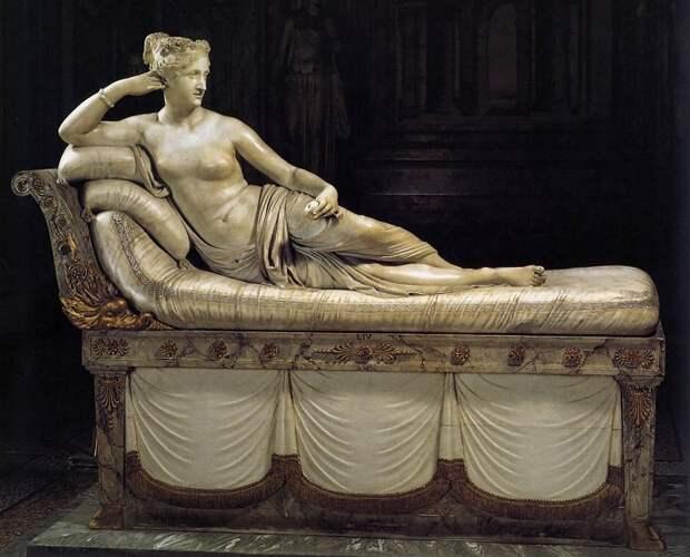 Помимо прочего, гости Полины имели возможность полюбоваться её обнажённым скульптурным портретом.