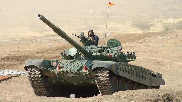 Танк Т-72М1 «Аджайя» вооруженных сил Индии во время учений