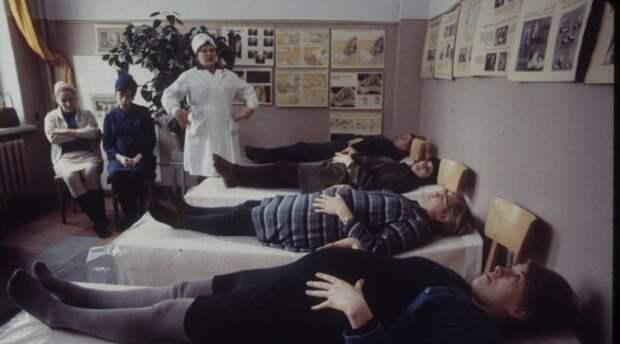 Будущие мамы, делающие специальные дыхательные упражнения при подготовке к родам. Москва, 1970-е годы.