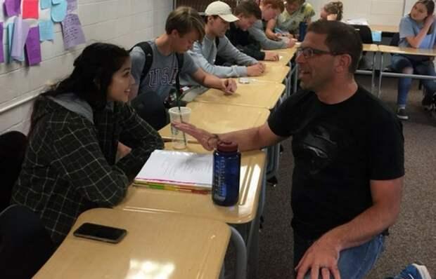 Школьница уснула прямо на его уроке. Реакция учителя была справедлива...