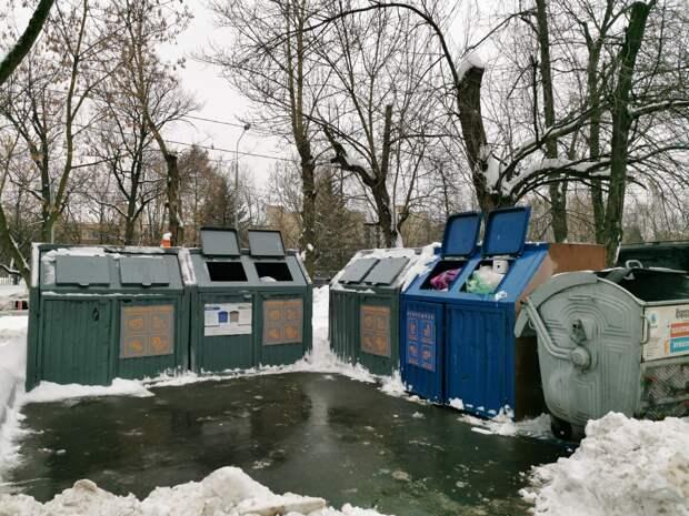По просьбе жителя вывезли мусор с контейнерной площадки на Ботанической