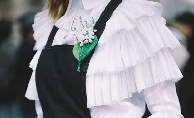 белая блуза с воланами и оборками на девушке
