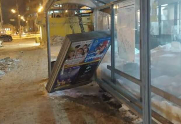 В центре Казани неизвестные разгромили автобусную остановку