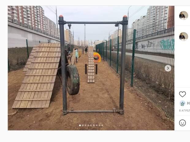 Собачью площадку на проспекте Защитников Москвы привели в порядок