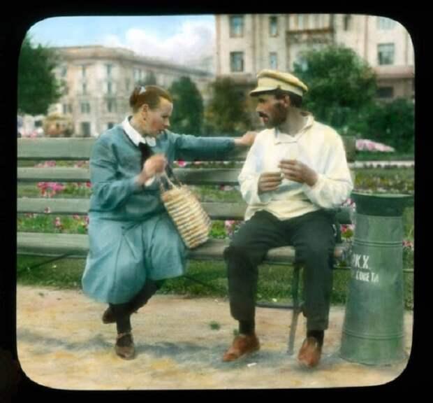 Мужчина и женщина на скамейке в парке.