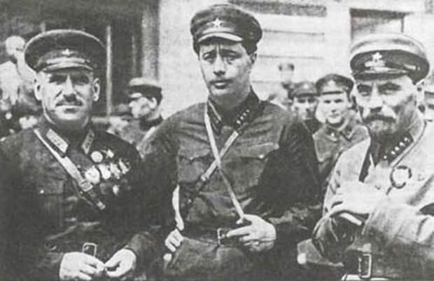 Василий Блюхер (слева) в Китае с работниками НКВД. wikimedia