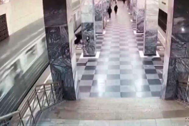 Видео: мужчину столкнули на рельсы метро после драки