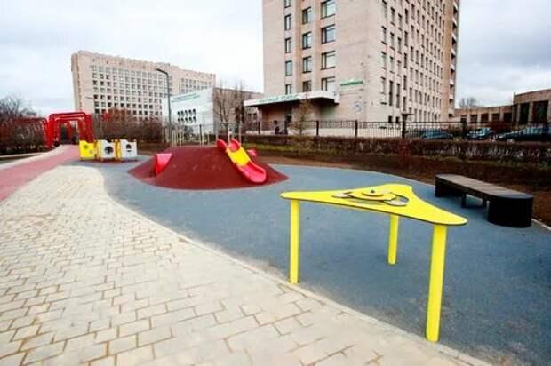 Сквер в Красногвардейском районе Петербурга стал безбарьерным