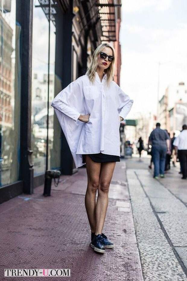 Объемная рубашка в сочетании с короткой юбкой и длинными ногами
