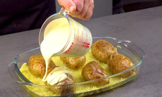 Заливаем картофелины соусом