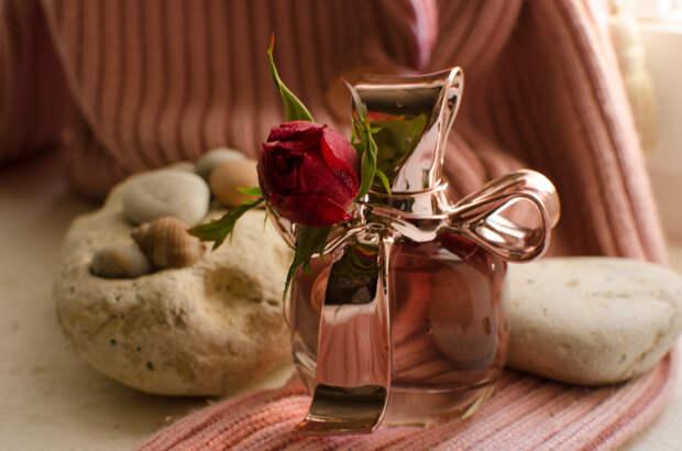 Духи и роза