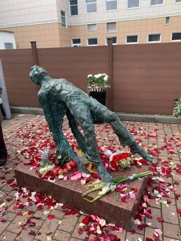 Русского  поэта  убили,  русским  людям  в  душу  плюнули...